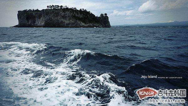 """济州岛(Jeju Island 过去也写做 Cheju Island) 是韩国最大的岛屿,整个济州岛就是一座山。 济州岛是一座典型的火山岛,120万年前开始火山活动而形成的岛屿中央, 岛中央是通过火山爆发而形成的海拔1951米的韩国最高峰———汉拿山(Mt.Halla)。 海洋性气候的济州岛素有""""韩国夏威夷""""之称。"""