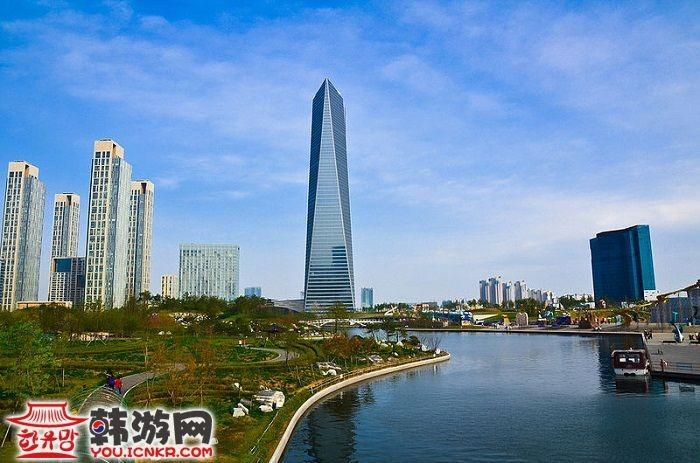 松岛国际都市是可持续发展的城市,绿地覆盖率达40%.