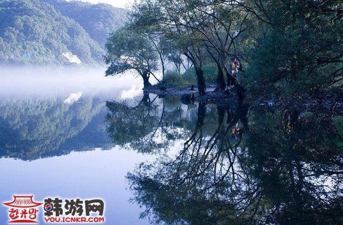 湖面水雾手绘图片