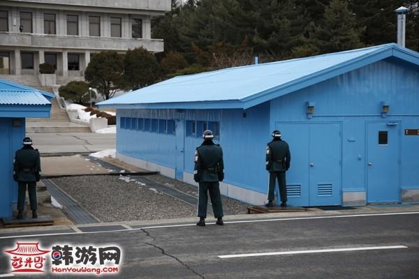 板门店建筑物门口的朝鲜军人