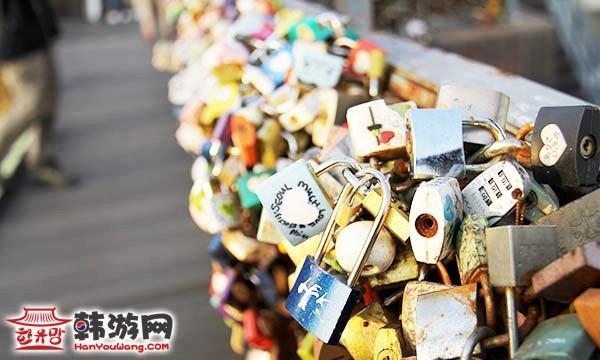 南山塔、爱情锁墙、爱情椅