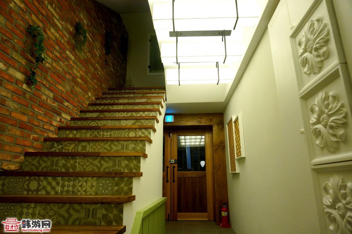 楼梯对大门隔断效果图