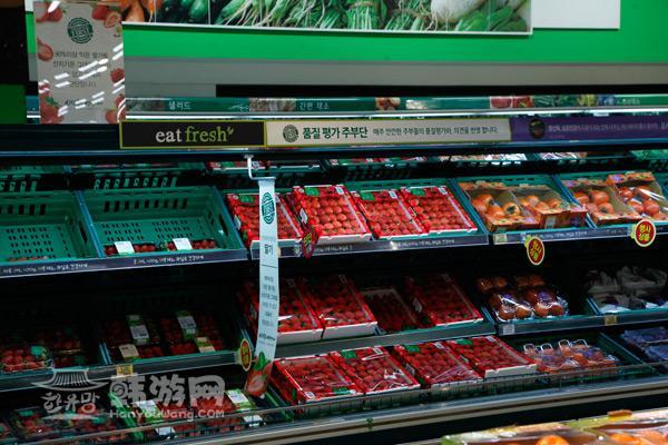 而新鲜食品区有水果专柜,海鲜专柜,肉类鱼类专柜.