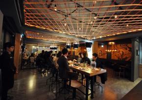 清溪川BBQ Premium Café炸鸡扎啤店(韩剧鬼怪拍摄地)