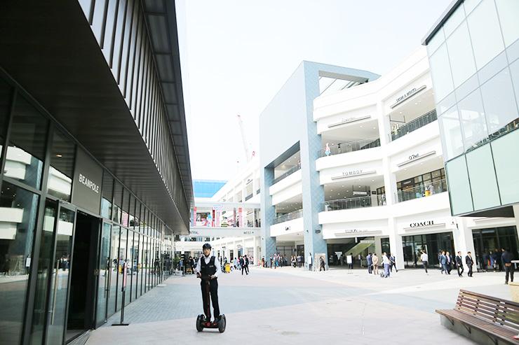 位于仁川延寿区松岛国际大路的现代名牌奥特莱斯已于4月29日