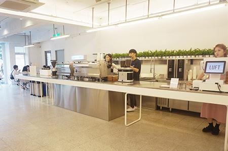 整个咖啡厅的主色调为白色
