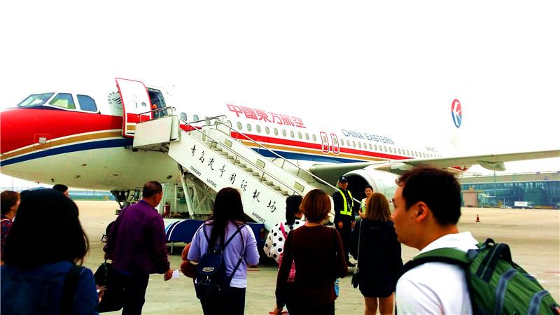 流亭机场5号门大厅人齐之后,换登机牌办理托运,出境,安检,找登机口,等
