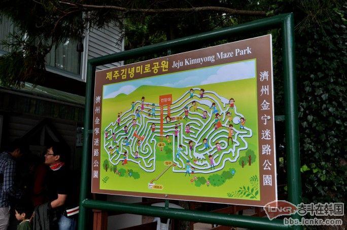 济州金宁迷路公园,挺好玩的地方,不看地图,会尿裤子的。 金宁迷宫公园从1987年开始开发,1997年正式开始营业。在1000平方公里的土地上,种有1232棵英国产莱兰柏树和2棵金叶莱兰柏 。迷宫总长为932m,从入口到出口的最短路线为190m。济州金宁迷宫是万丈窟文化院在万丈窟和金宁蛇窟之间大规模开发的万丈窟观光区的一部份。总长为60m的3座桥和展望台提供给观光客留影的机会。 金宁迷路公园是济州大学退休美国籍教授F.