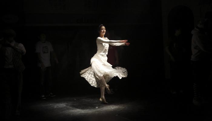 套马杆街舞少年_韩国李明博总统隆重推荐的舞台剧 《 爱上街舞少年的芭蕾女孩 》