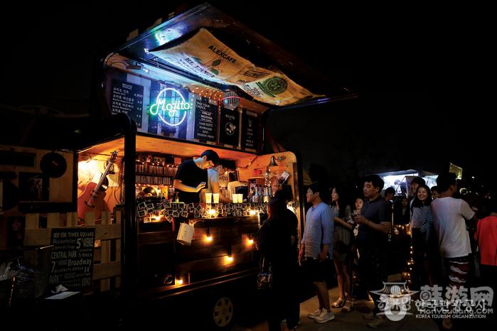首尔夜猫子夜市的欢乐夜晚
