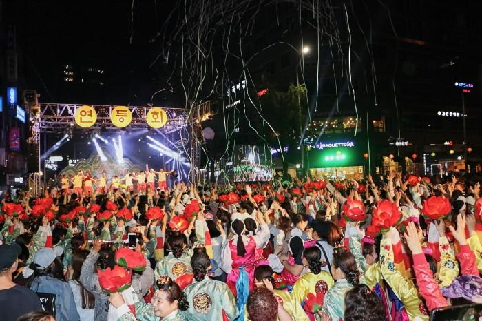 크기변환_17-홍보-85 연등놀이 공연을 즐기는 관람객들(2).jpg
