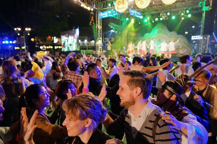 크기변환_17-홍보-87 연등놀이 난장 기차놀이 즐기는 참가자들 전경(2).jpg