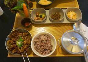 """梨泰院""""BACK GROUND""""韩食餐厅"""