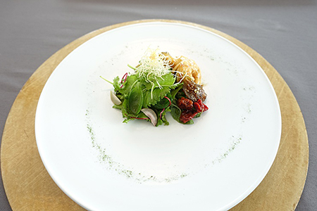 季节时令粥,利用石章鱼和扇贝一起熬煮的粥,里面还有绿豆和渔民,吃